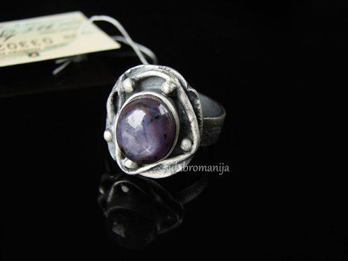 Sidabrinis žiedas su žvaigždėtuoju rubinu