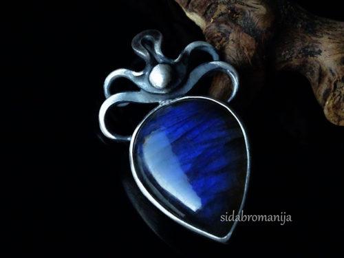 Sidabrinis pakabukas su prabangiausios , tamsiai mėlynos spalvos labradoritu